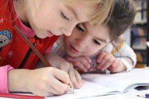 Un enfant qui rencontre des difficultés scolaires est aussi un élève qui a du mal à s'organiser et à suivre le rythme régulier de la classe. En général, c'est un élève anxieux pour qui il est difficile d'obtenir des résultats satisfaisants.